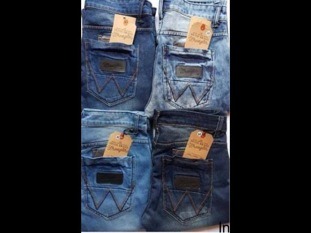 Dealing jeans fancy jeans nd t-shirt